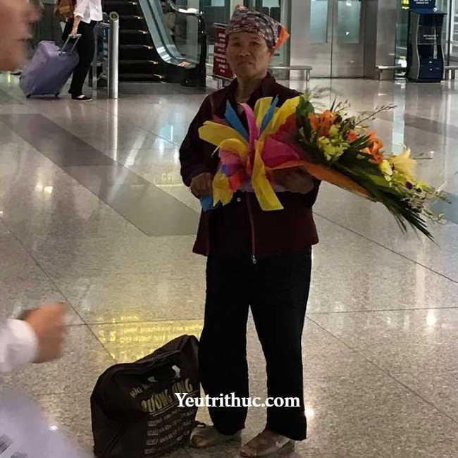 Cảm động người mẹ già từ quê lên đón con gái đi lao động Đài Loan về 3