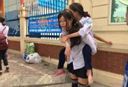 Nữ sinh Hà Nội Thùy Linh cõng bạn Mai Loan bị liệt thi THPT quốc gia 1