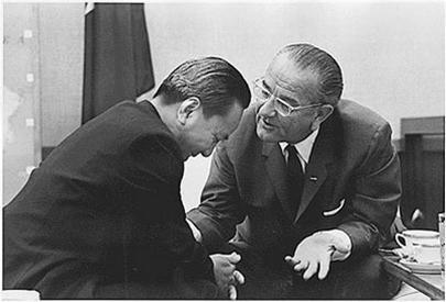 """Giây phút """"nồng ấm"""" của ông Nguyễn Văn Thiệu và tổng thống Mỹ Lyndon Johnson - Ảnh tư liệu"""