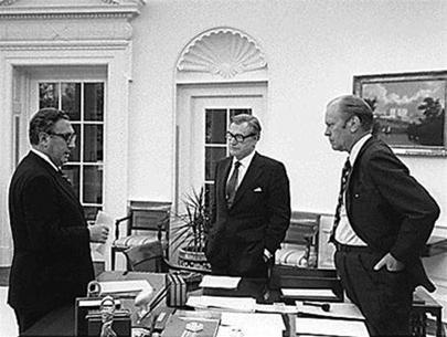 Từ phải sang: Tổng thống Gerald Ford, phó tổng thống Nelson Rockefeller và ngoại trưởng Mỹ Henry Kissinger. Một không khí căng thẳng bao trùm Nhà Trắng vào những ngày cuối tháng 4-1975 trước những tin tức liên quan đến VN. Ảnh tư liệu