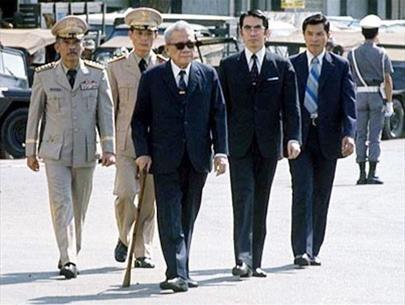 Tổng thống Trần Văn Hương (giữa) ngày 27-4-1975 - một ngày trước khi trao quyền cho ông Dương Văn Minh - Ảnh tư liệu