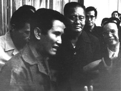 Từ trái sang: ông Nguyễn Văn Binh, ông Nguyễn Hữu Hạnh, ông Dương Văn Minh, ông Nguyễn Văn Hảo (đứng phía sau ông Minh) và ông Vũ Văn Mẫu đang nói chuyện với đại diện quân giải phóng trưa 30-4-1975. (Ảnh do gia đình nhà báo Boris Gallash tặng đại tá chính ủy Bùi Văn Tùng)